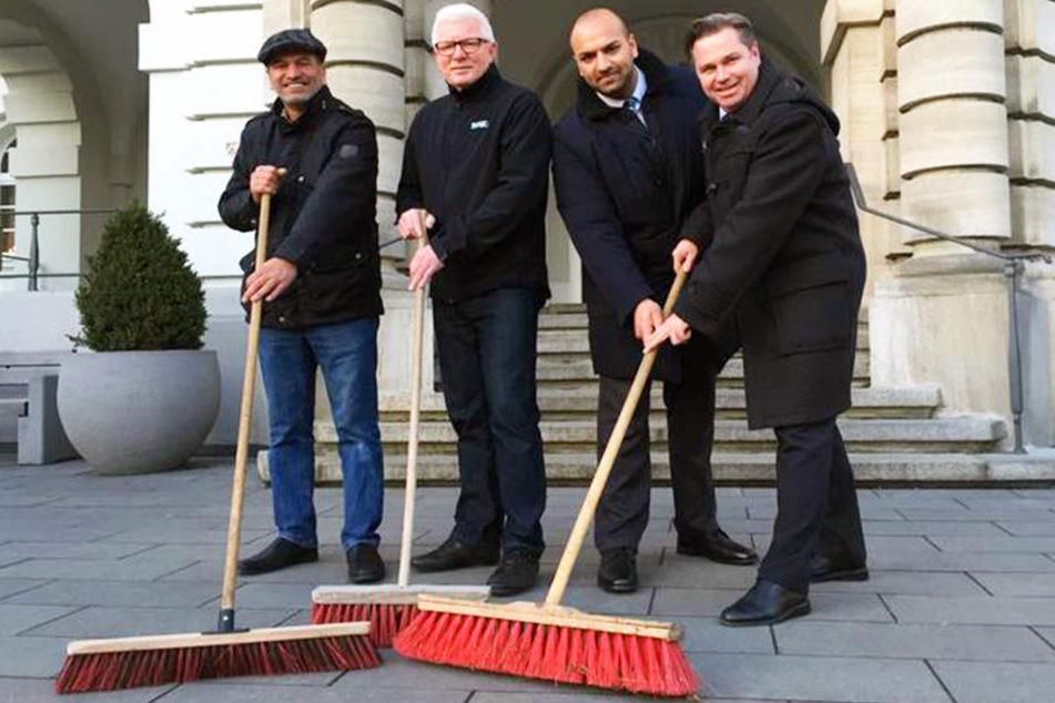 Sultan Ahmad Tahir (links) und Ahmad Ismail Tahir (2. von rechts) von der muslimischen Ahmadiyya Gemeinde sorgen dafür, dass Herford nach der Silvesternacht wieder strahlt. Uwe Friedrich (2. von links) und Bürgermeister Tim Kähler (rechts) freut's.