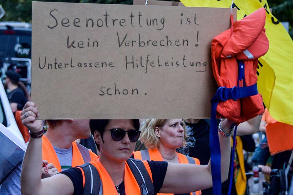 Eine Demonstrantin trägt bei einer Demo am 13. Juli 2018 in Hamburg ein Protest-Schild.