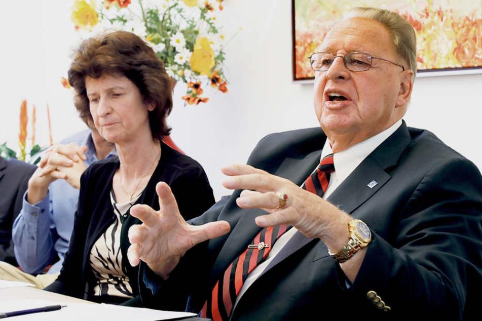 Eva-Maria Stange (60, l.) und Hans-Jürgen Naumann (81) schüttelten am Freitag die Hände - ein Rücktritt aus dem Hochschulrat ist vom Tisch.