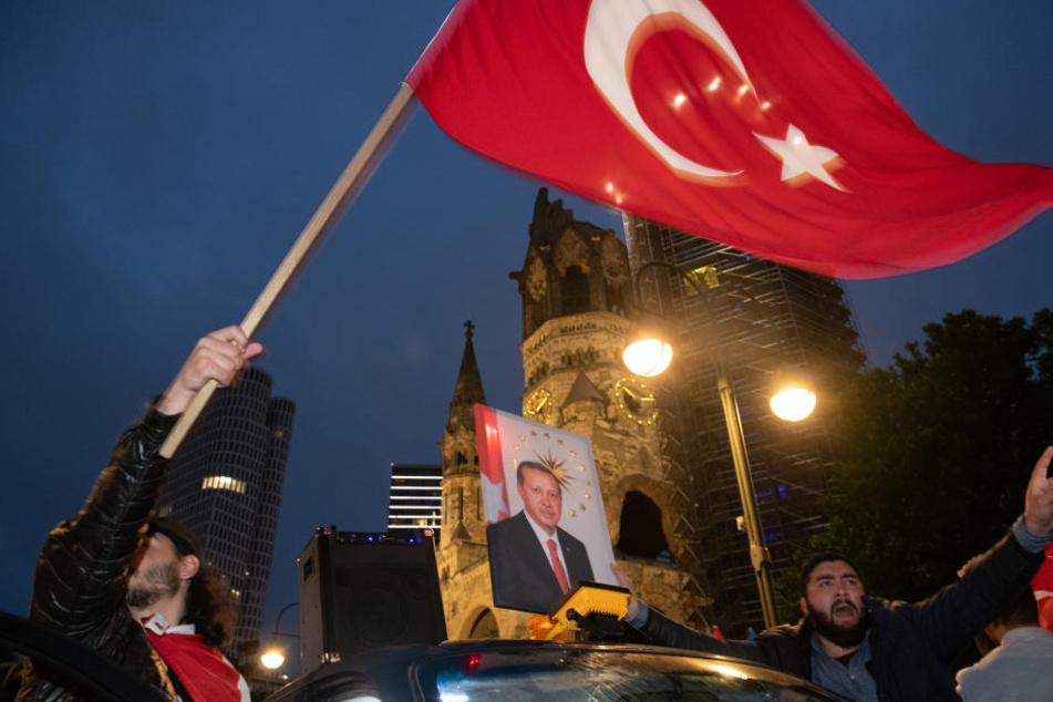 Berliner Deutschtürken feiern Wahlsieg von Erdogan am Kurfürstendamm.