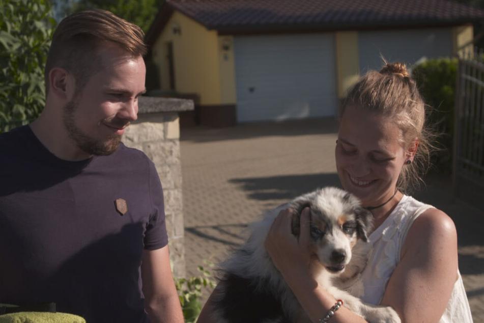 Ein Fall für Rütter: Theres Uhlig (25) und Rico Reichenbach (29) mit ihrem acht Wochen alten Australian Shepherd Balthasar.