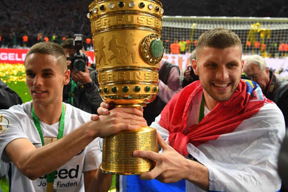 Ante Rebic (r.) konnte mit Eintracht Frankfurt den DFB-Pokal gewinnen.