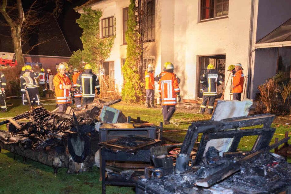 Verbranntes Mobiliar liegt vor der Wohnung in Scheeßel.