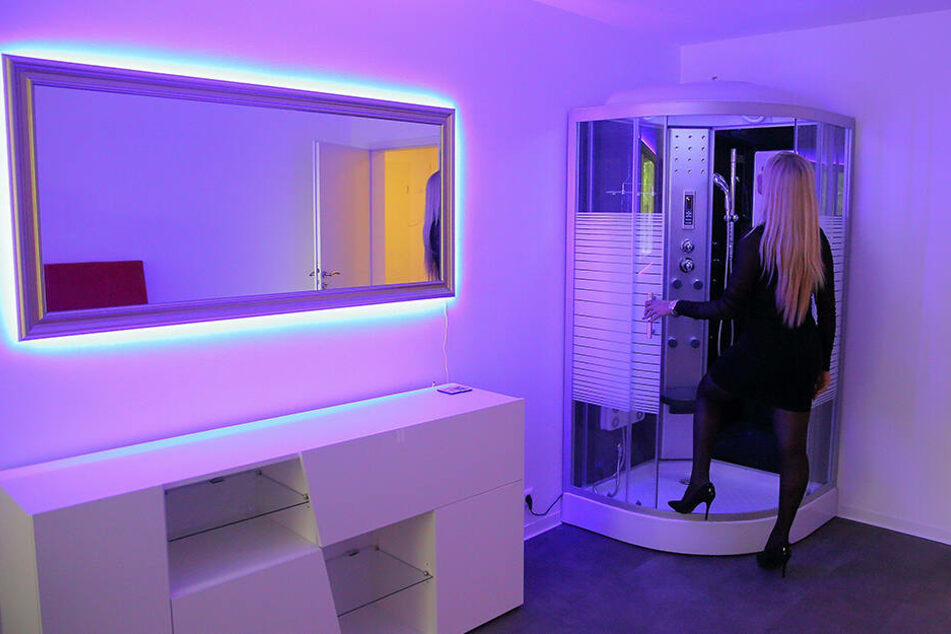 Gut zwei Wochen vor der Eröffnung inspiziert Bordell-Chefin Gabriela (40) schon mal die frisch eingebauten Duschen.