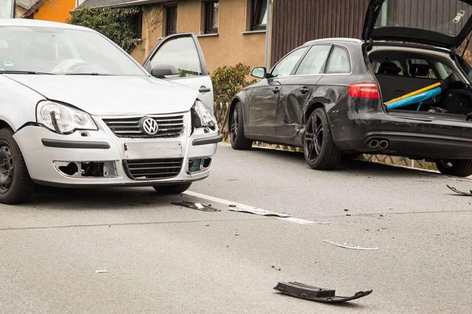 VW kracht nahezu ungebremst in Audi: Unfallopfer schwer verletzt
