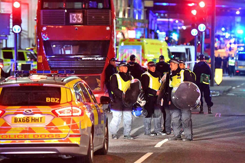 Polizisten sicherten das Gebiet nach den Anschlägen weitläufig.