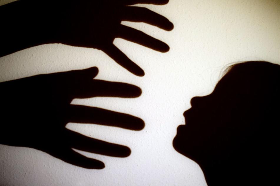 Eine 25-jährige Frau soll ein zweijähriges Kind totgeschüttelt haben. (Symbolbild)