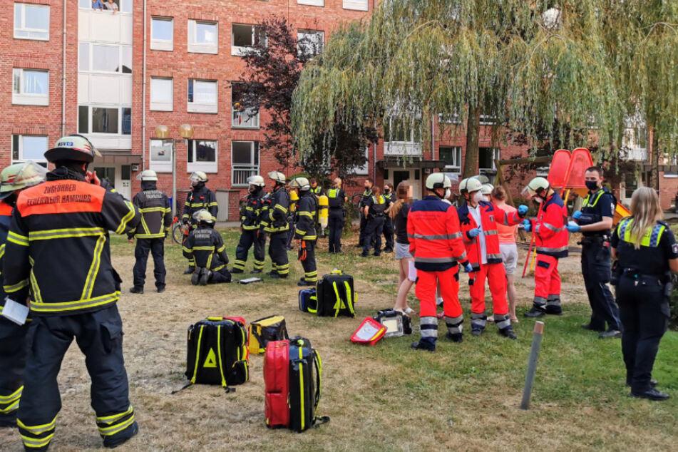 Reizgas-Alarm! Feuerwehr räumt Mehrfamilienhaus in Farmsen