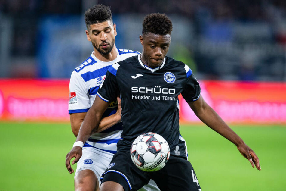 Bielefelds Anderson Lucoqui (r) und Duisburgs Enis Hajri kämpfen um den Ball.