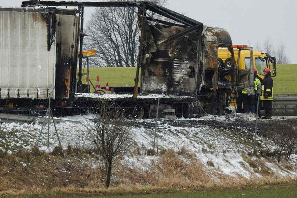 Der ausgebrannte Lkw - die Löscharbeiten dauern voraussichtlich noch den Vormittag über an.