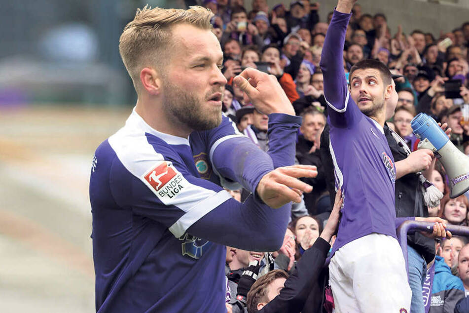 """Pascal Köpke (li.) jubelt nach seinem Treffer zum 1:1. Die Fans forderten ihn lautstark, und er kletterte zu ihnen: Dimitrij """"Dima"""" Nazarov."""