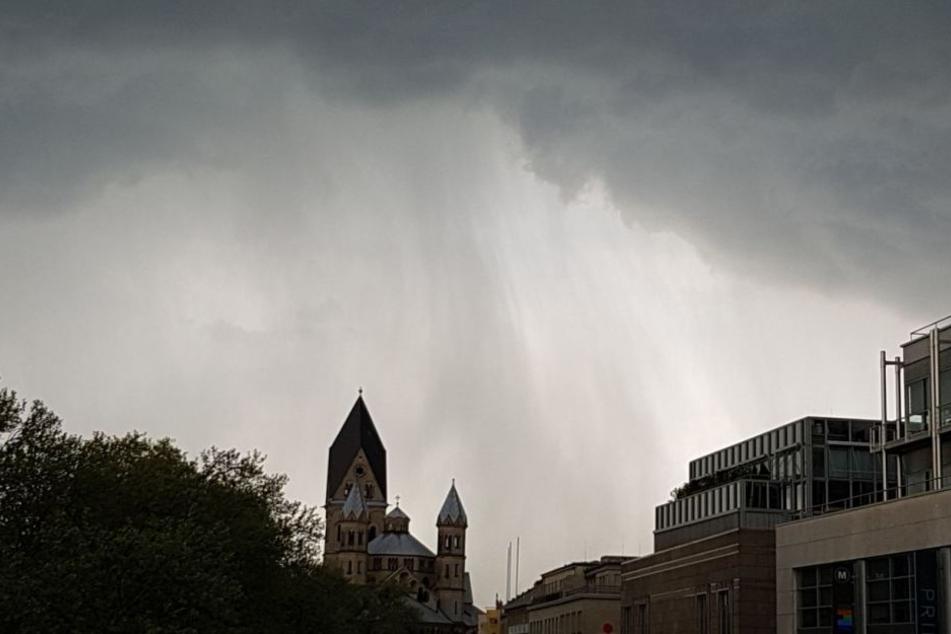 Regenschwaden am Kölner Neumarkt.