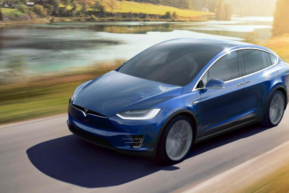 Ein Tesla Model X in Fahrt. Wie hat wohl das Modell ausgesehen, das Daimler geliehen hatte? (Symbolbild)