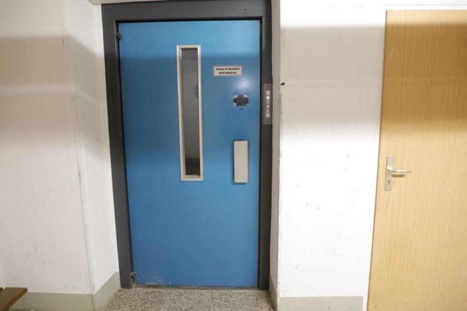 Unbekannte hatten im Fahrstuhlschacht des Hauses Papier angezündet.
