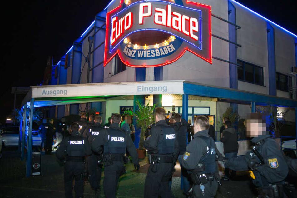 """Razzia mit 100 Mann im """"Euro Palace"""": Polizei stürmt Großraumdisco"""