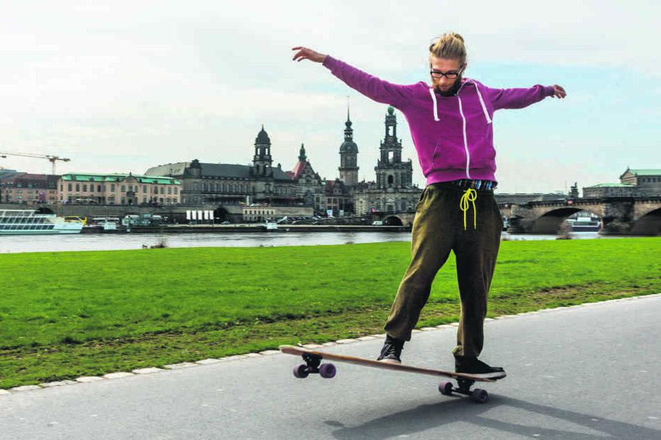 Brettsport: Moritz Lausch (19) tanzt auf dem Skateboard.