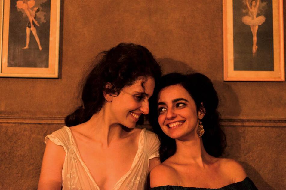 Die Schwestern Gusmao, Euridice (l., Carol Duarte) und Guida (Julia Stockler), sind ein Herz und eine Seele.