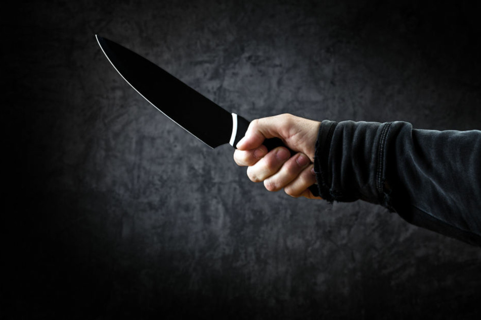Nachdem er seine Ehefrau im Streit verprügelte, ging der 50-Jährige auch mit Messern auf sie los (Symbolbild).