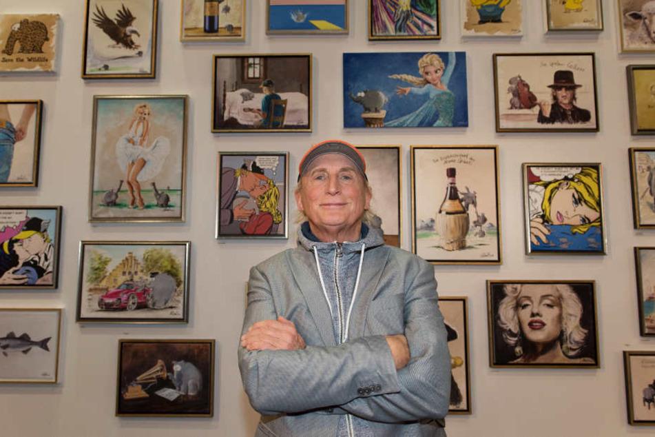 Otto Waalkes steht in einer Ausstellung vor seinen Gemälden.