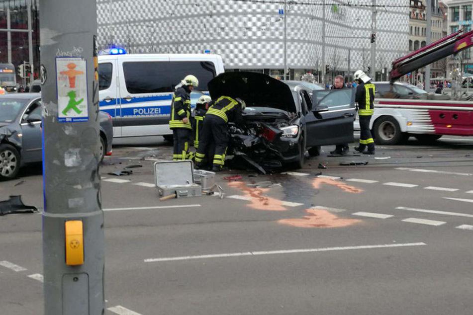 Die Einsatzkräfte sind für die Unfallaufnahme vor Ort.