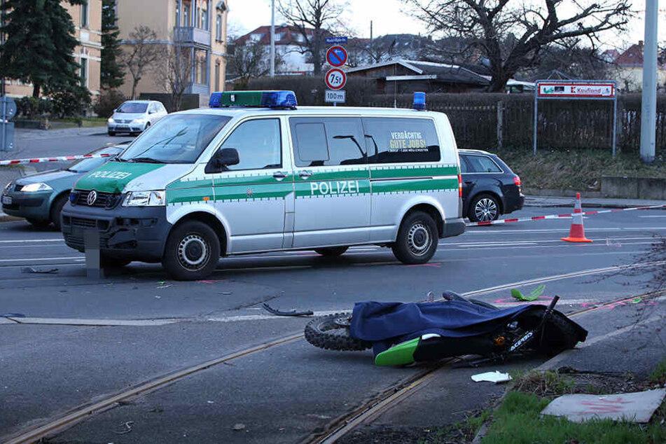 Der Mann knallte bei seiner Verfolgungsjagd gegen ein stehendes Polizeiauto.
