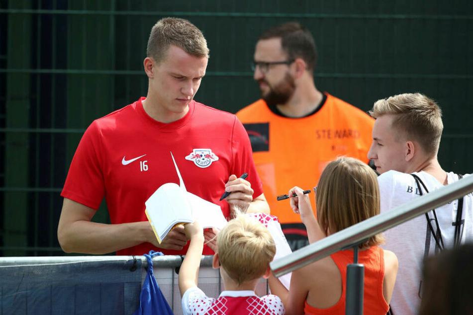 Der Ex-Bochumer zeigt beim Training immer wieder Fannähe und gibt auch den kleinsten Anhängern fleißig Autogramme.