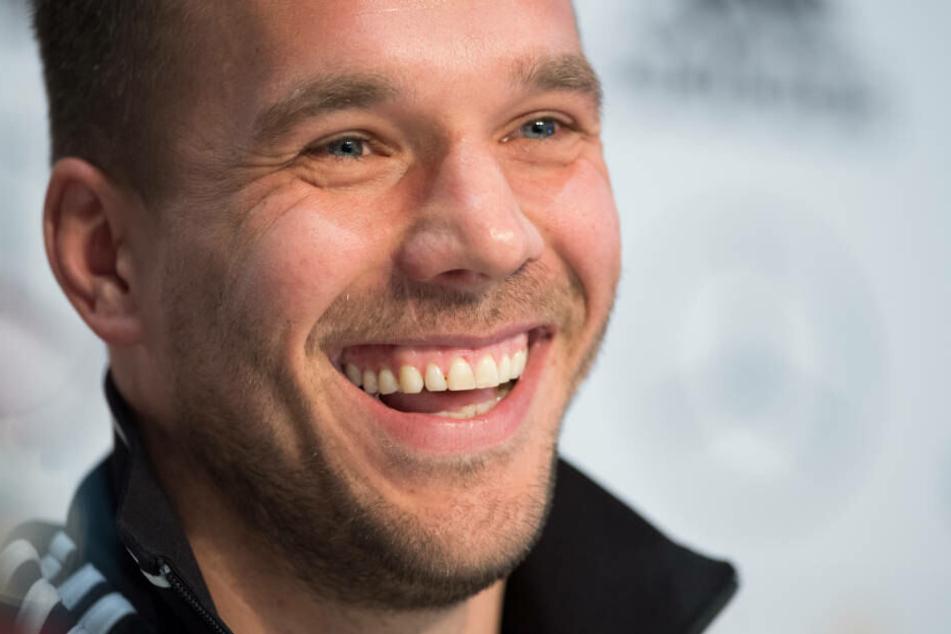 Perfektes Tor, die Fans freuen sich, Poldi auch.
