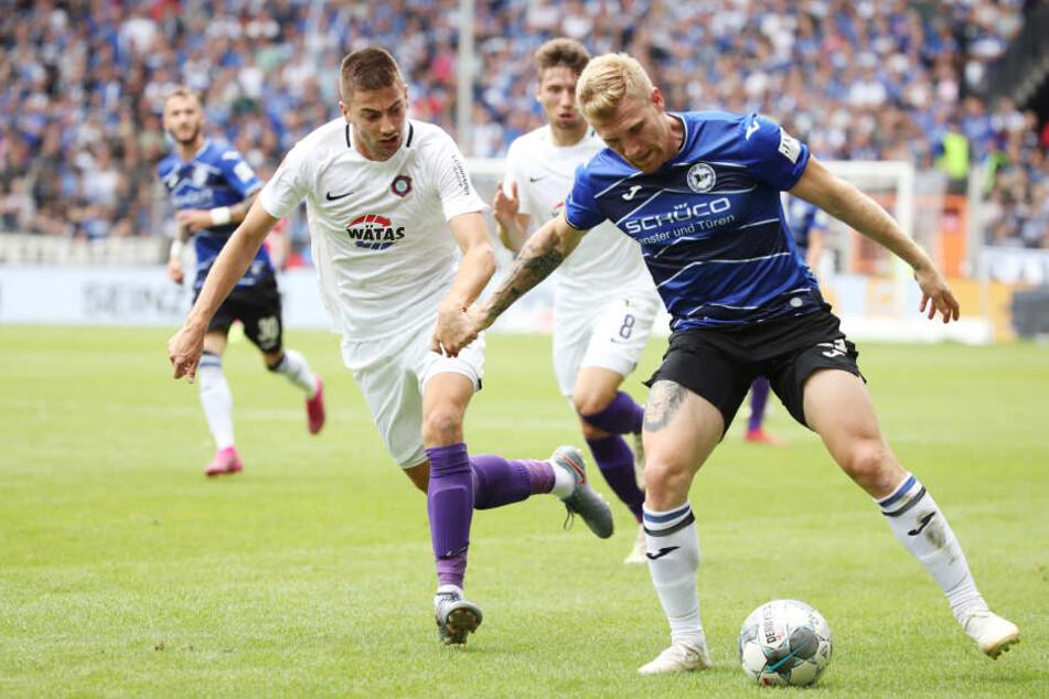 Aues Neuzugang Marko Mihojevic (l.) im Spiel bei Arminia Bielefeld. Seine Länderspielreise mit Bosnien-Herzegowina war erfolgreich. Jetzt gilt alle Konzentration dem FC Erzgebirge.