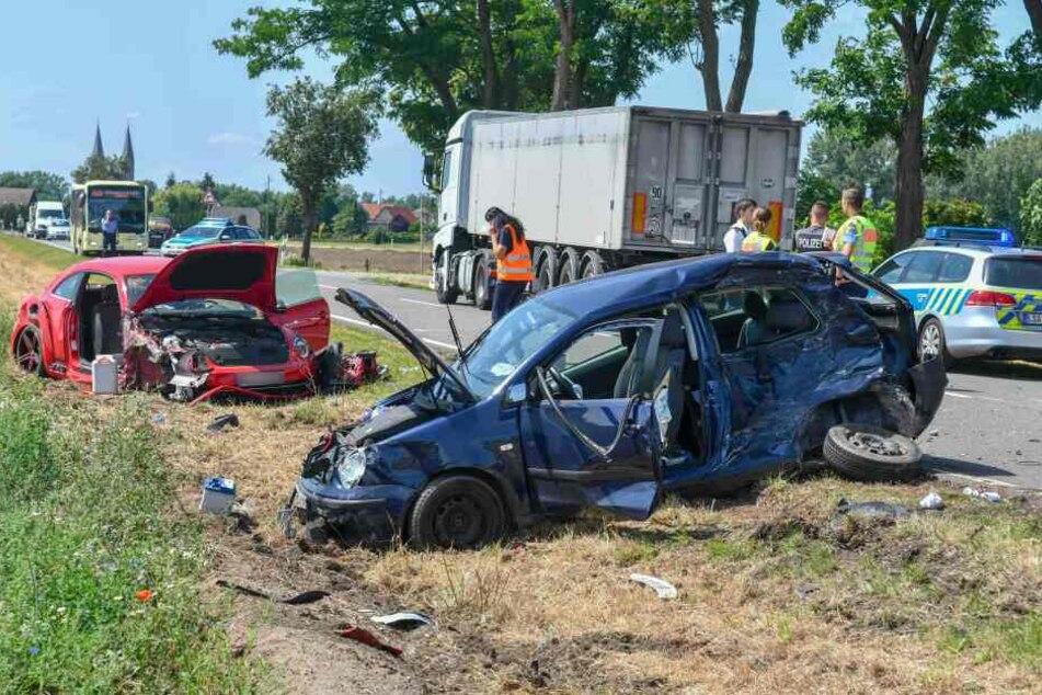 Polo will Lkw überholen und kracht frontal in Beetle: Eine Person schwer verletzt