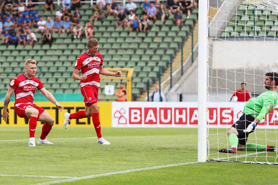 Viki-Keeper Stephan Flauder (r.) chancenlos: Andreas Voglsammer (l.) trifft zum 1:0 für Arminia Bielefeld.