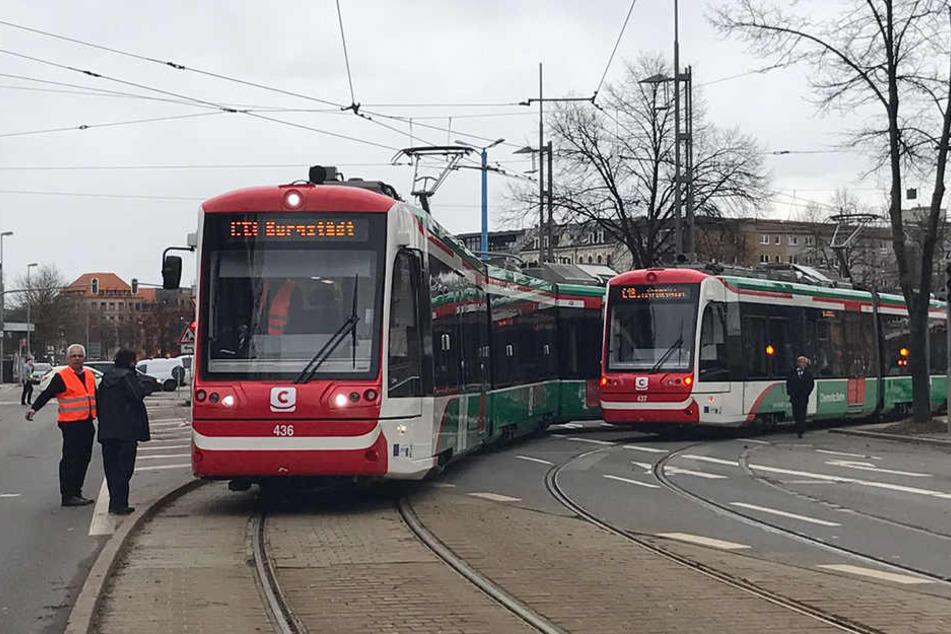 Die Bahnen sind in der Kurve auf dem Stefan-Heym-Platz kollidiert.