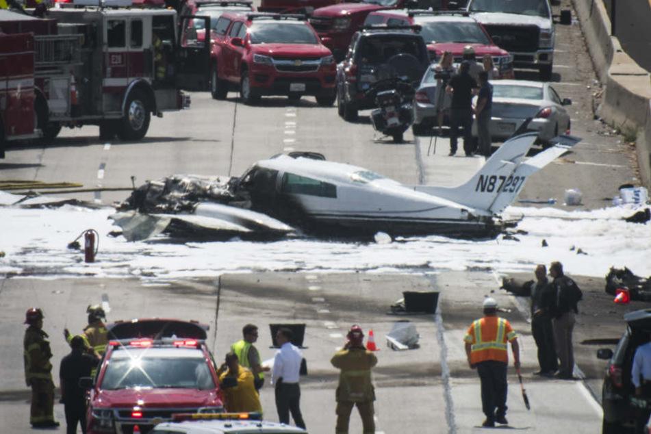 Das zweimotorige Flugzeug ging in Flammen auf und musste gelöscht werden.