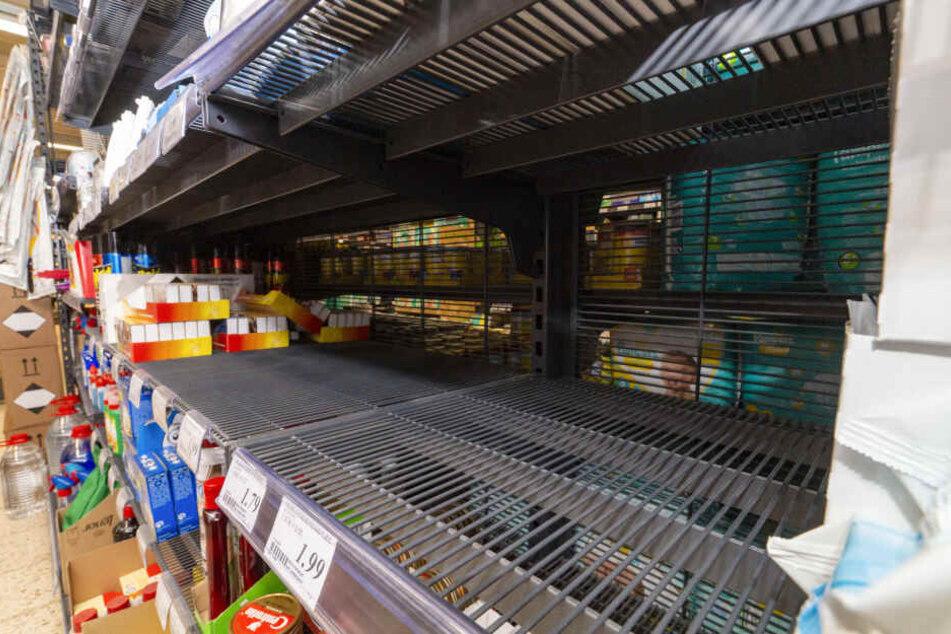 Leer gekauft ist das Regal mit Desinfektionsmitteln in einem Supermarkt in Sonsbeck (NRW).