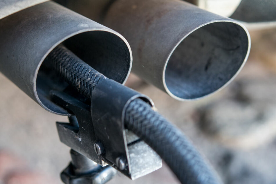 Ein Test von Autoabgasen.