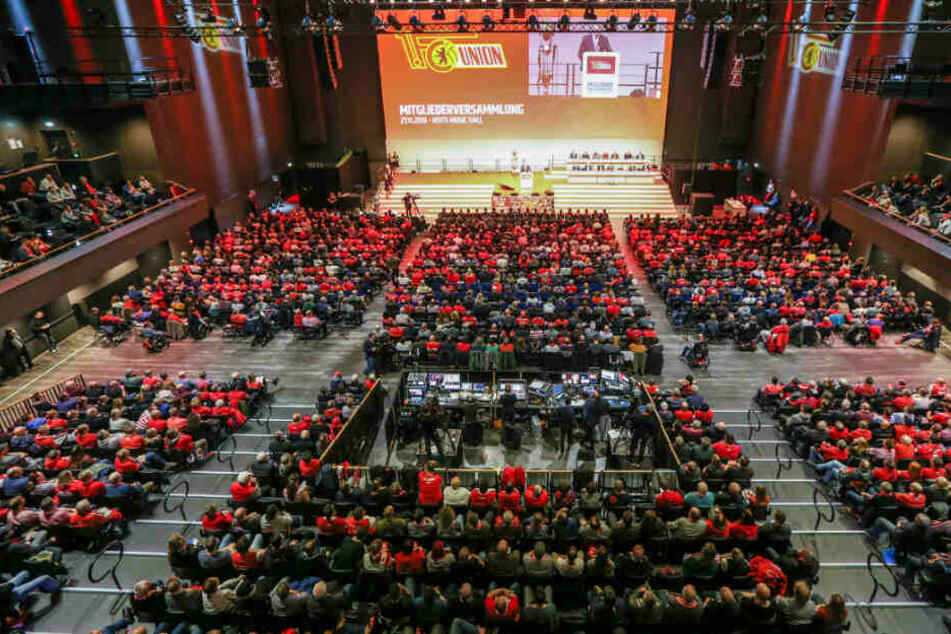 Die Mitgliederversammlung des 1. FC Union Berlin in der Verti Music Hall ist gut besucht.