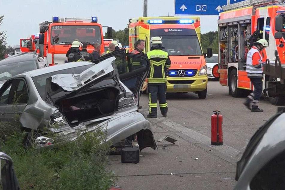 LKW donnert ungebremst in Stauende auf A29: Autofahrer missbrauchen Rettungsgasse!