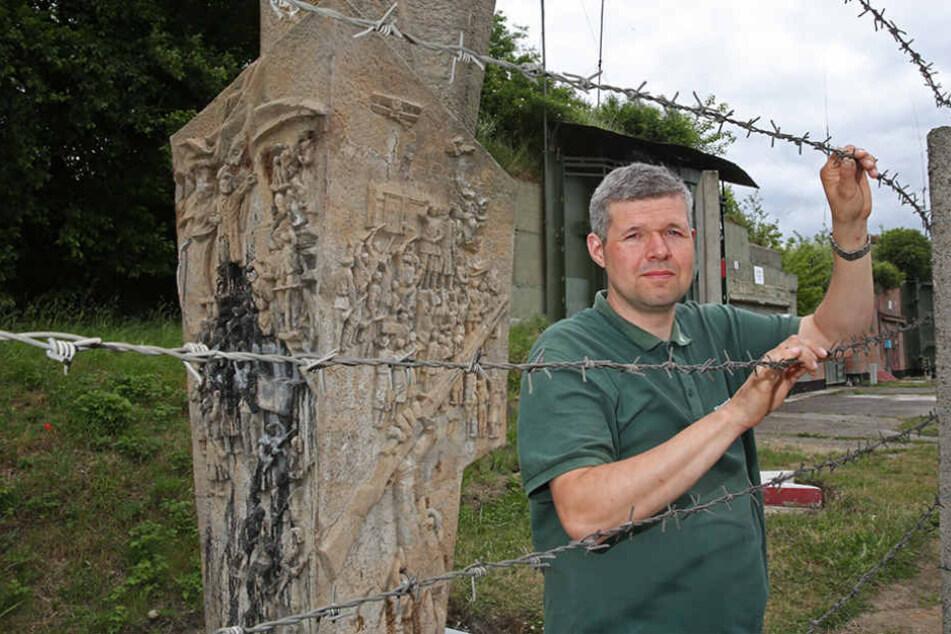 Hinter Stacheldraht zu neuen Ehren: Marcel Reichel (38) will das Lenin-Denkmal noch reinigen lassen.