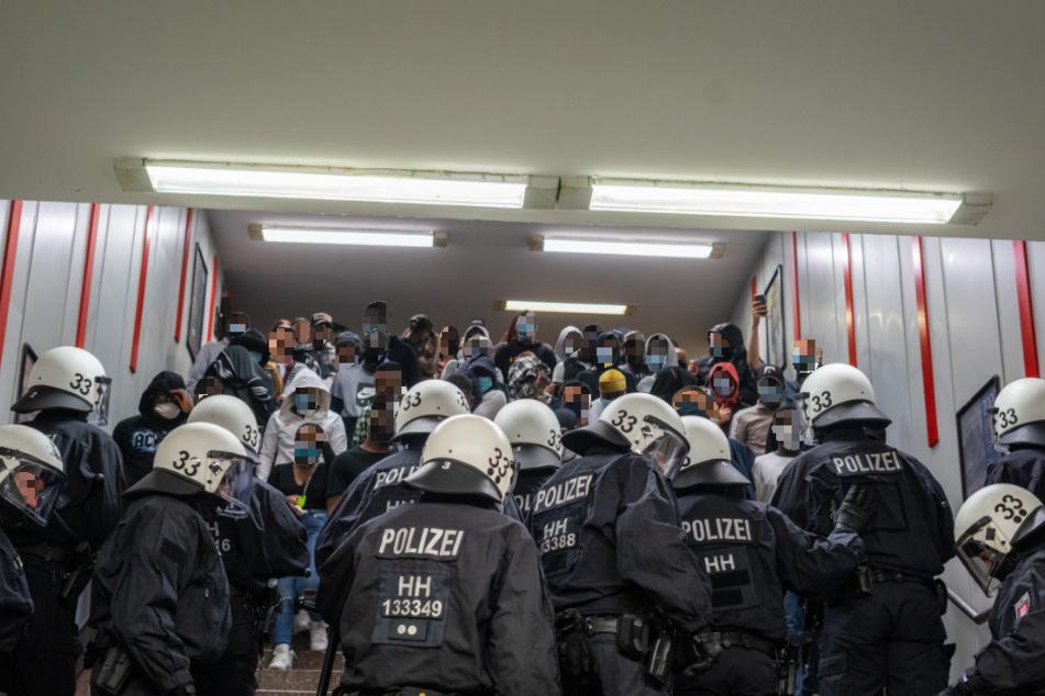 In der Bahnstation Hammerbrook werden die Partygäste von der Polizei kontrolliert.