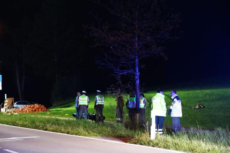 Eine 48-jährige Mutter, ihre 16-jährige Tochter und ihr 14-jähriger Sohn sind bei einem schweren Verkehrsunfall gestorben. Auch der Motorradfahrer kam ums Leben.