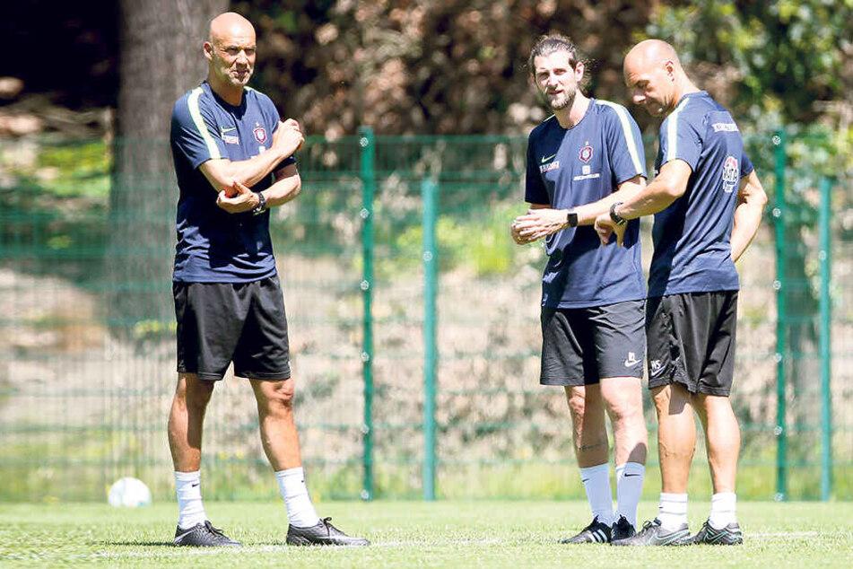 Aues neuer Trainer Thomas Letsch mit seinen Assistenten Robin Lenk und Werner Schoupa.