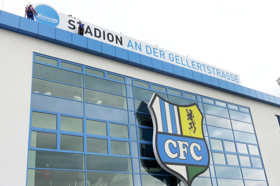 """Neuer Schriftzug mit aktuellem Namen für das """"Stadion an der Gellertstraße""""."""