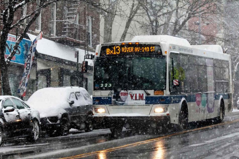 Die Busse müssen bereits bei Schneefall fahren (Symbolbild).