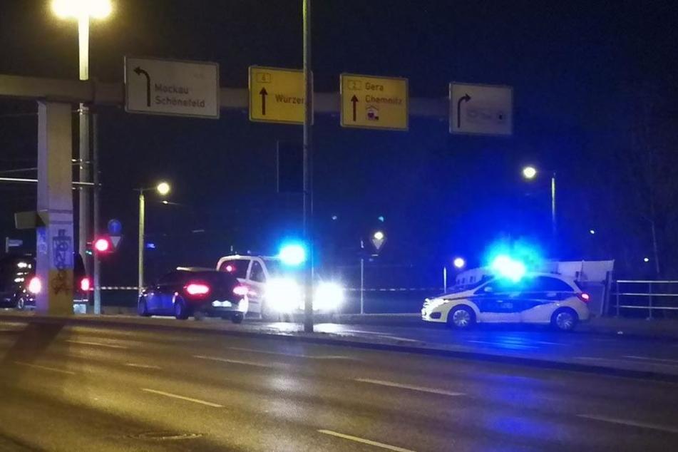 Polizeiabsperrung auf der Berliner Brücke. Lediglich die Spuren in Richtung Mockau und Messe waren freigegeben.