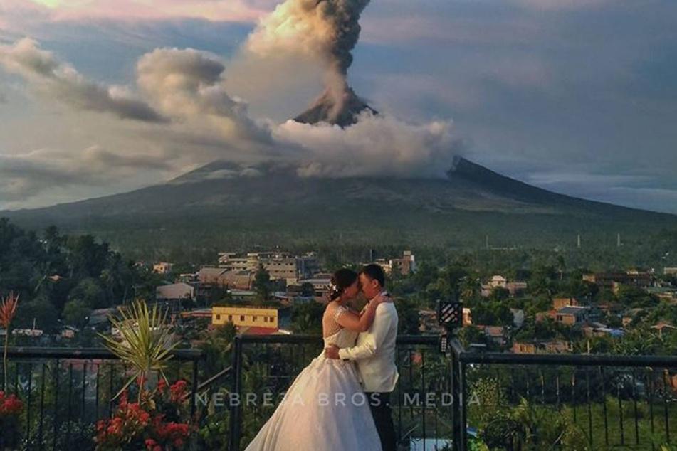 Was für ein Foto! Vor dem ausbrechenden Vulkan Mayon auf den Philippinen feierten Arlo De La Cruz und Maica Nicerio Hochzeit.