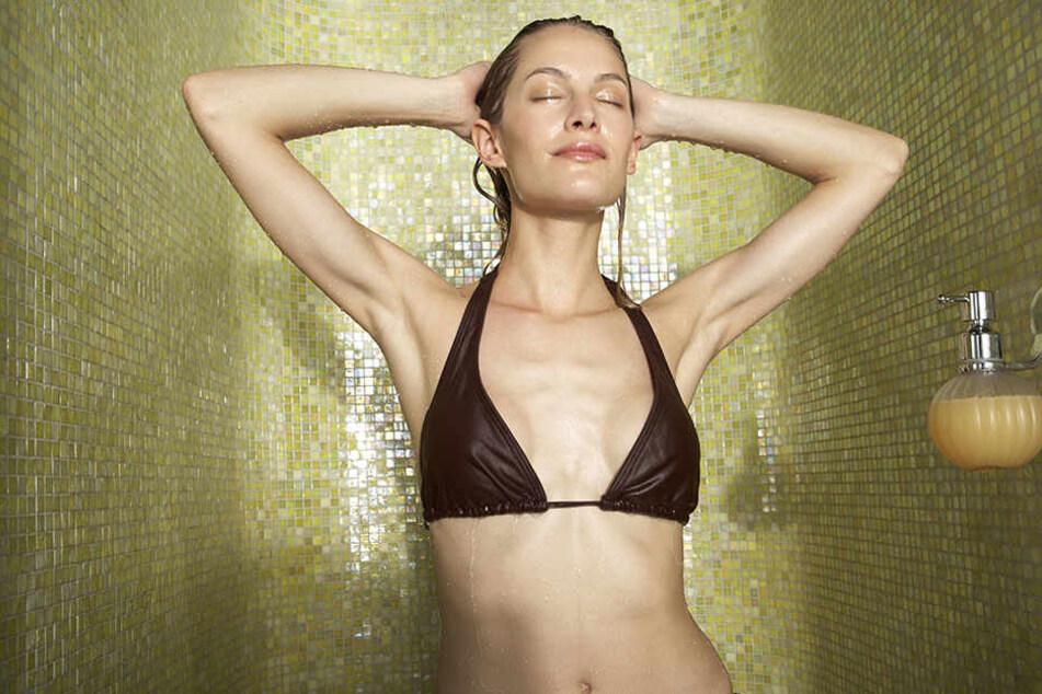 Zu heißes Duschen kann zu Juckreiz und Ekzemen führen.