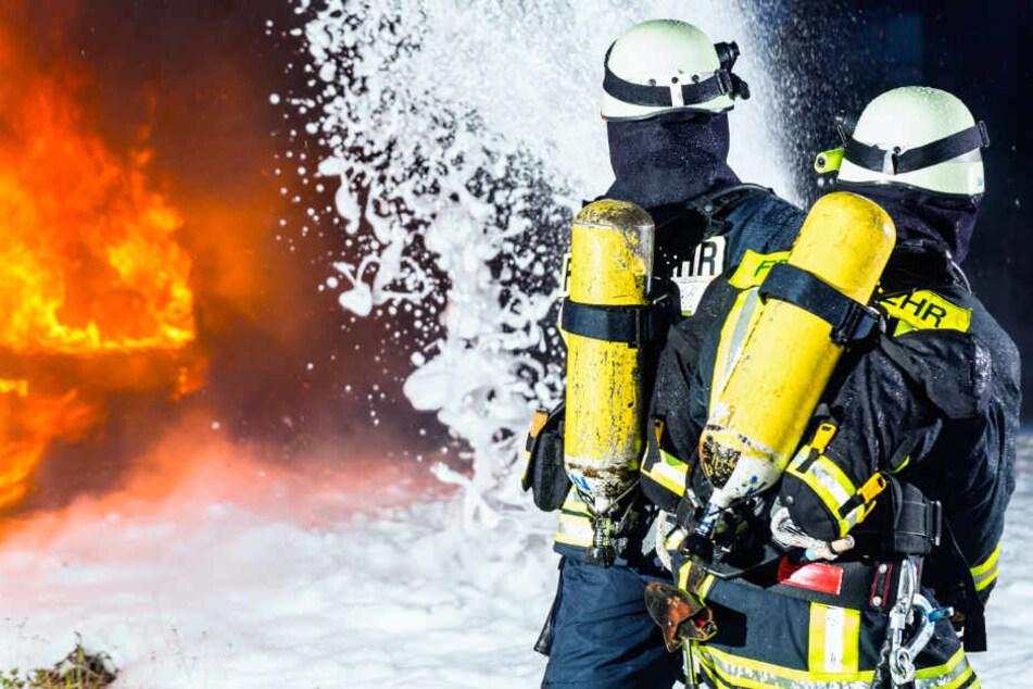 Eine Stunde lang brauchte die Feuerwehr, bis sie das Feuer unter Kontrolle hatte. (Symbolbild)