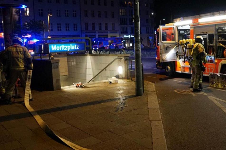 Einsatzkräfte stehen vor dem U-Bahnhof Moritzplatz.