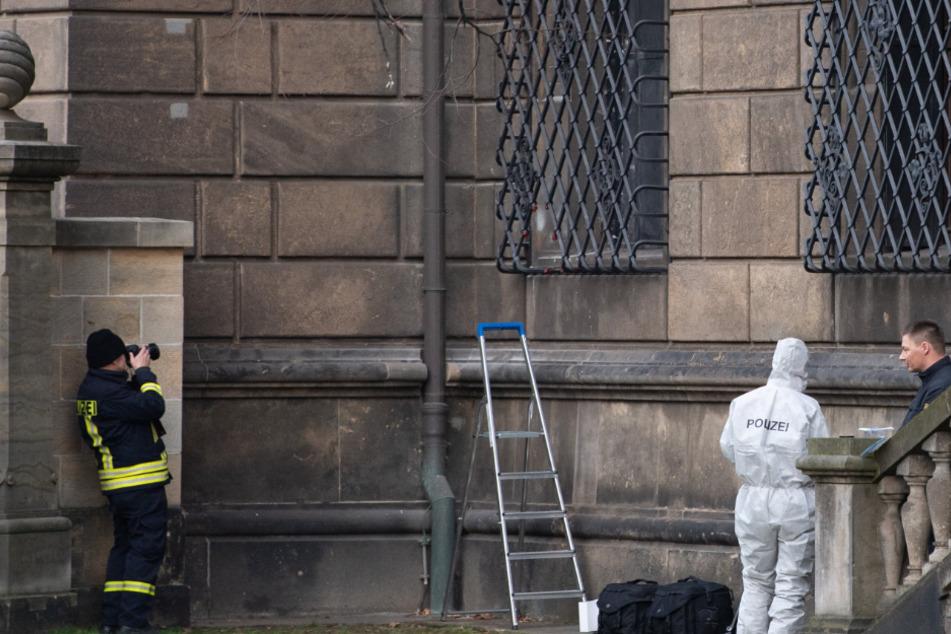 """Ein Bild, das um die Welt ging: Über dieses Fenster stiegen die Profis ins Grüne Gewölbe ein. Das """"Schlupfloch"""" ist noch immer von der Polizei verhüllt."""