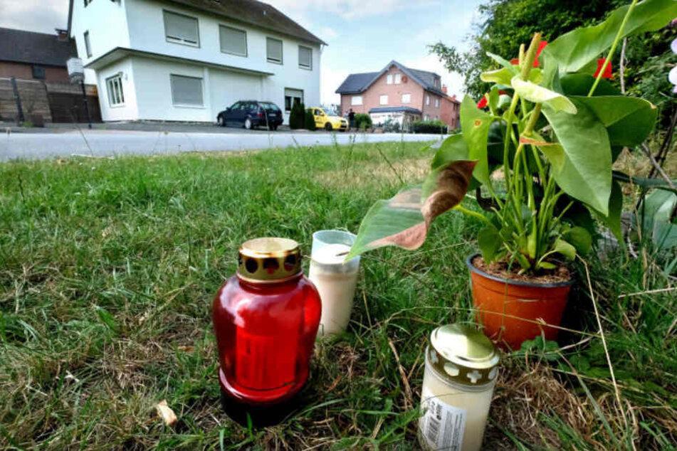 Kerzen erinnerten noch lange an den Tod des dreifachen Familienvaters.