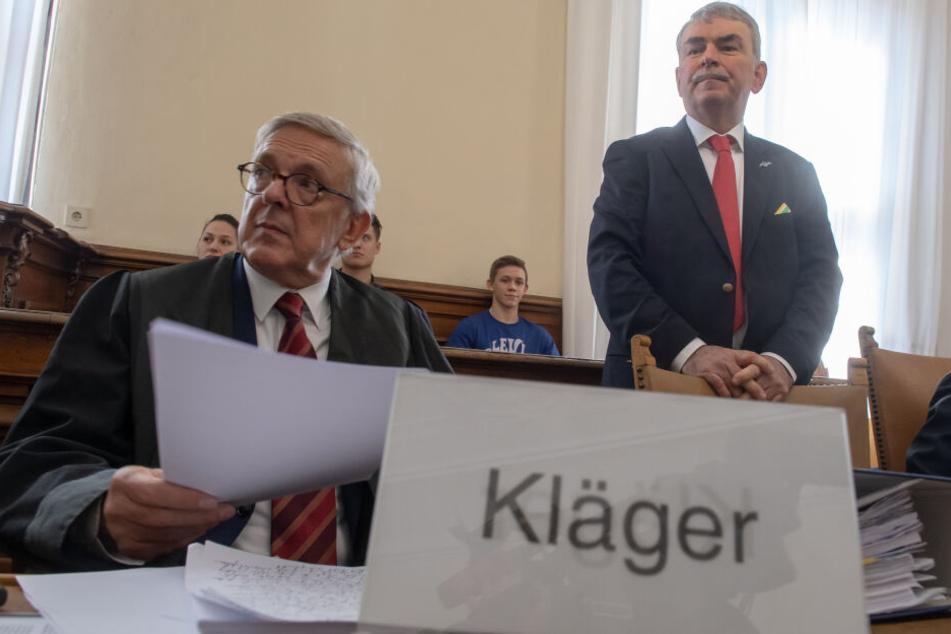 Der Kläger Gustl Mollath (r) und sein Anwalt Hildebrecht Braun (l) nehmen im Gerichtssaal ihren Platz ein.